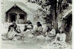 MaoriWomenWeavingFlaxRotoruaNZ-4335
